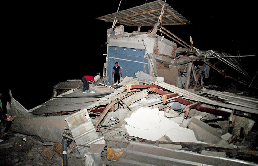 a memaksa amaran tsunami dikeluarkan oleh pihak berkuasa kawasan perairan di Ecuador.