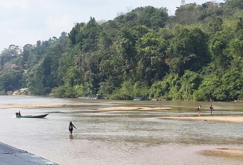 Keadaan sungai cetek menyebabkan penduduk tidak lagi perlu menggunakan bot untuk menyeberangi Sungai Tembeling, sebaliknya sekadar berjalan kaki.