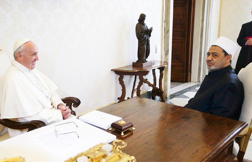 Kedua-dua pemimpin tertinggi agama ini bertukar pandangan tentang cabaran pihak berkuasa dengan penganut agama serta soal keamanan dunia. - Foto AFP