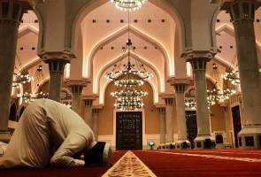Tyrese Gibson learns to pray in Qatar mosque, fans left wondering again