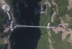 Jambatan kaca terpanjang dan tertinggi di China pegang 10 rekod dunia