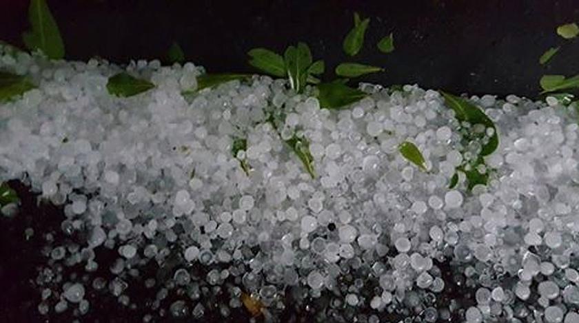 Penduduk di beberapa kawasan sekitar Bukit Jalil dihujani ketulan ais seperti ini pada petang tadi. - Foto Astro AWANI