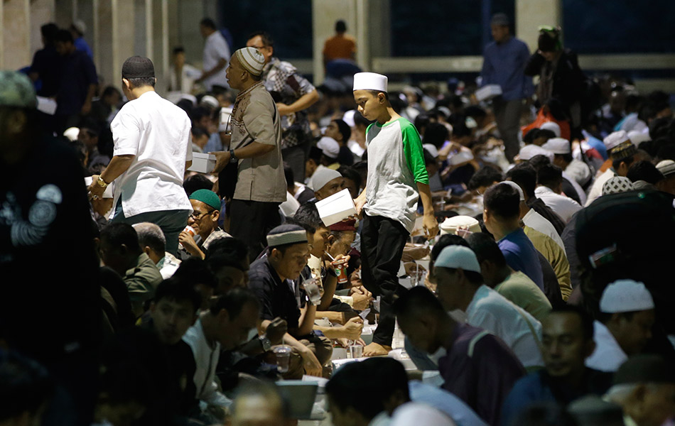 Iftar di Masjid Istiqlal. AP Photo / Achmad Ibrahim