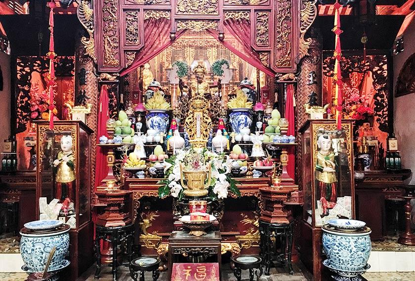Tokong yang kebanyakannya mempunyai inskripsi dalam bahasa Cina dan dipenuhi patung dewa serta barang sembahan jelas menonjolkan budaya Vietnam yang bercampur-aduk.