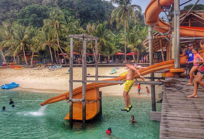 Kerseronokan bermain gelongsor air di jeti Pulau Rawa seharusnya dicuba. - Foto Astro AWANI/HAMZAH HAMID