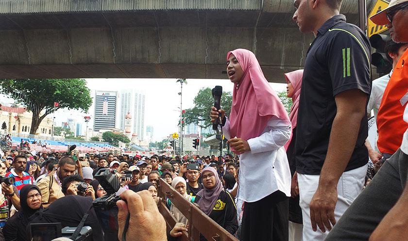 Anis Syafiqah ketika berucap pada perhimpunan #TangkapMO1 pada 27 Ogos. - Foto Astro AWANI/MARIAH AHMAD