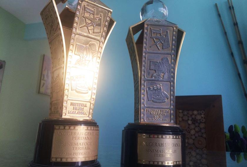 Dua trofi Festival Filem Malaysia yang pernah dimenangi oleh Pengarah Sinematografi Mohd Nor Kassim pada tahun 2009 dan 2011. - Foto Astro AWANI/MARIAH AHMAD