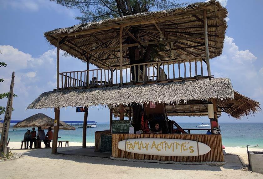 Rumah pokok yang menawarkan kelengkapan aktiviti rekreasi air dan bar minuman untuk tetamu. - Foto Astro AWANI/HILAL AZMI