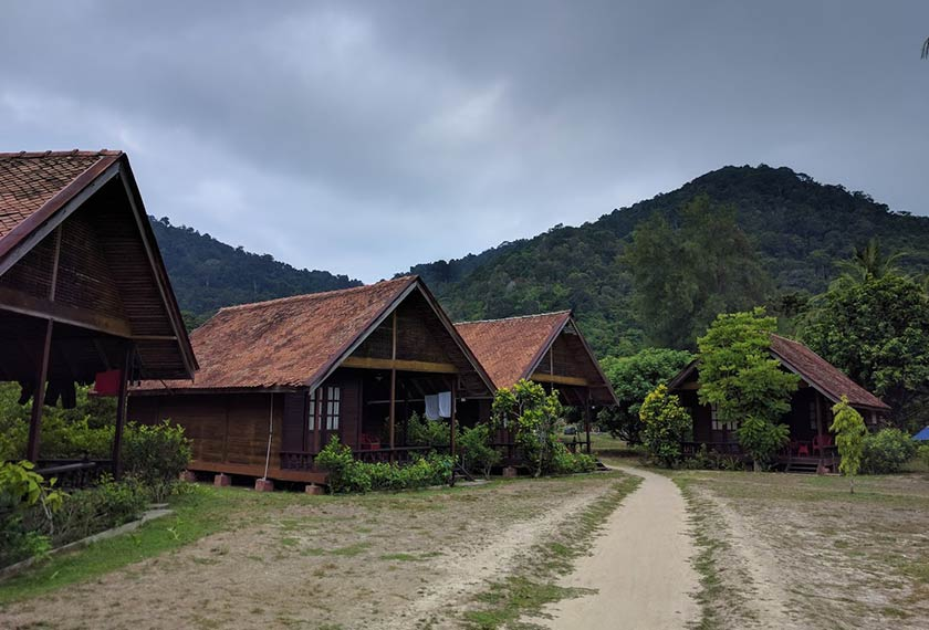 Penginapan ala desa berlatarkan bukit-bukau menghijau di Aseania Resort, Pulau Besar. - Foto Astro AWANI/HILAL AZMI