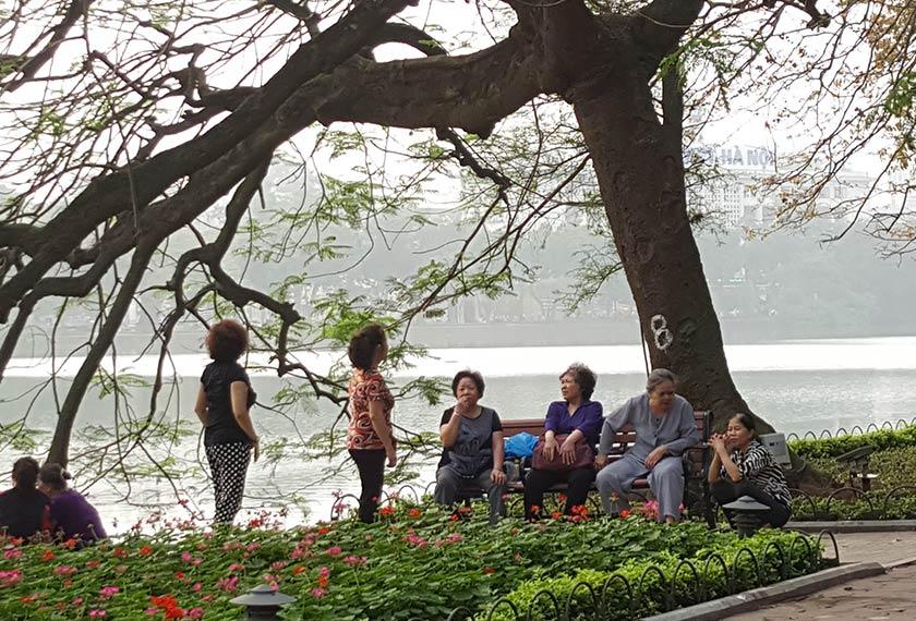 Pemandangan di Tasik Hoan Kiem di tengah-tengah bandar bersejarah Hanoi.