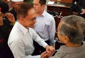 Selepas 18 tahun, Mahathir-Anwar bersalaman