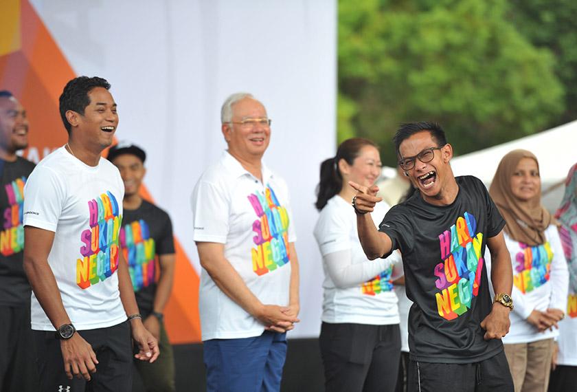 Atlet Paralimpik Negara Mohd Riduan Mohd Puzi menceriakan hadirin di hadapan Perdana Menteri Datuk Seri Najib Tun Razak pada perasmian Hari Sukan Negara 2016 di perkarangan Bangunan Perbendaharaan hari ini. - Foto Bernama