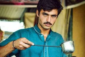 Pakistan's handsome tea vendor, rejects film talk