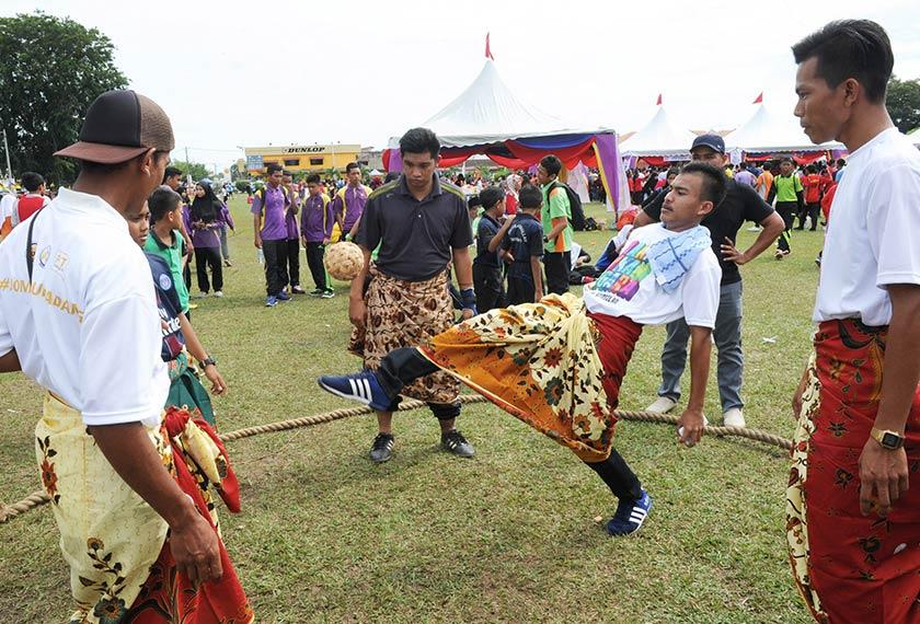 Antara peserta yang mengambil bahagian dalam acara sepakraga sambil memakai kain batik sempena sambutan Hari Sukan Negara 2016 peringkat negeri di padang Sekolah Menengah Kebangsaan Dato' Mohd Taha, hari ini.