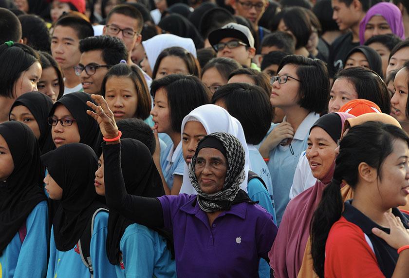 Peserta warga emas antara 4,000 yang menyertai dalam acara 'Fun Run' sempena sambutan Hari Sukan Negara di Kompleks Belia dan Sukan Negeri hari ini. - Foto Bernama