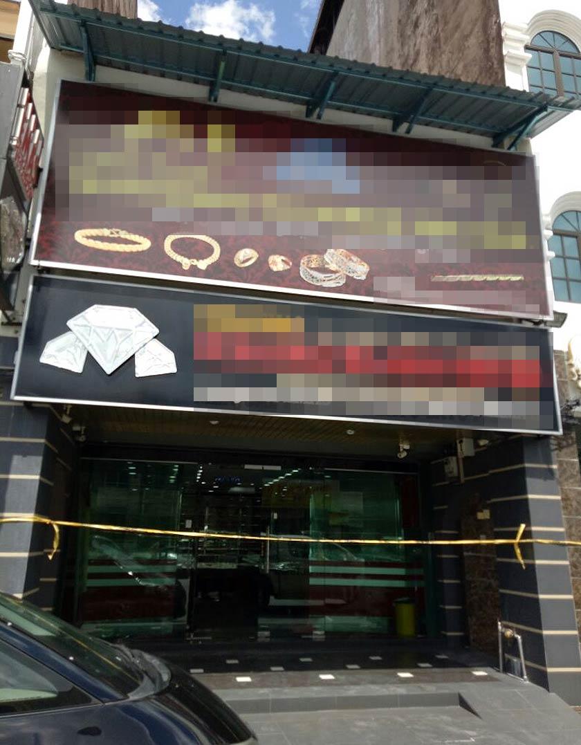 esemua penjenayah itu sebelum itu dipercayai masuk melalui bumbung kedai emas sebelum memecah masuk ke bilik kebal berkenaan.