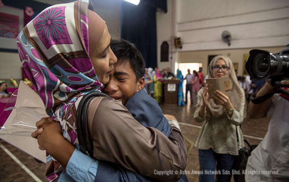 Sheikh Aiman Shukor al Masrie, the nephew of Malaysian Astronaut Dr. Sheikh Muszaphar Shukor Al Masrie, hugs his mother after receiving the UPSR examination results at SK Sri Petaling, Petaling Jaya on 17 November 2016. - Astro AWANI/Shahir Omar