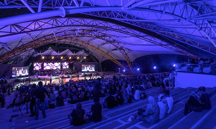 Para pengunjung yang hadir tidak melepaskan peluang untuk menyaksikan konsert