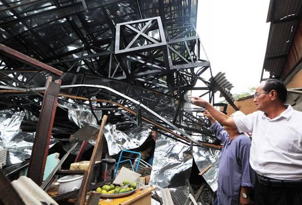 Satu cedera, papan iklan tepi lebuh raya tumbang hempap rumah