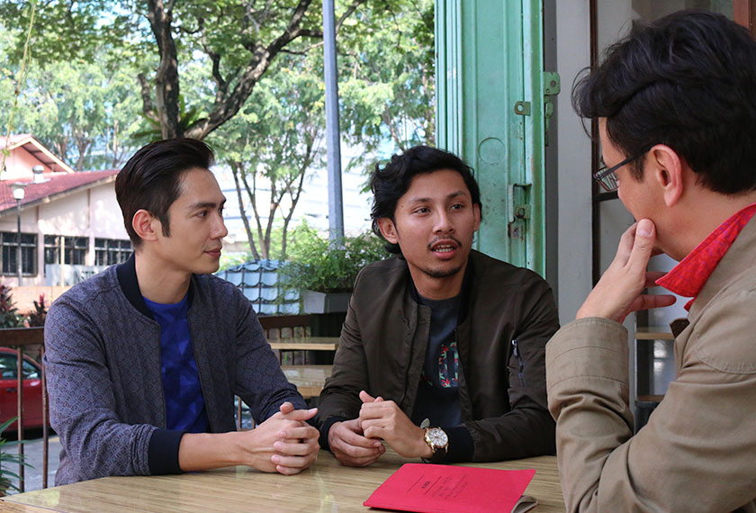 """JC Chee (kiri) dan Luqman Hafidz (kanan) yang memainkan watak CHow Kwok Keong dan Ahmad Ali dalam filem """"Ola Bola""""."""