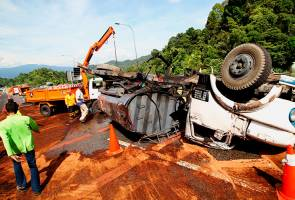 Tanker lorry crashes near Menora Tunnel