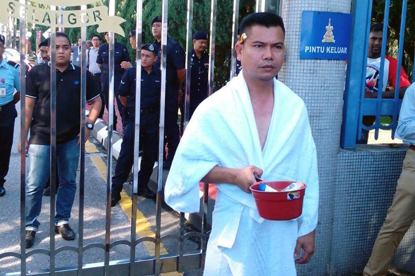 Jamal yang tiba di pintu utama bangunan itu jam 9.40 pagi tadi bagaimanapun dihalang daripada memasuki perkarangan SUK.