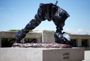 Messi's statue hacked down again