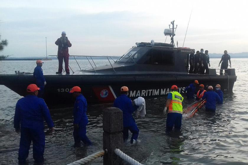 Mayat pertama seorang kanak-kanak dijumpai di perairan Tinagat, Tawau oleh anggota Kastam sekitar pukul 3.50 petang. - Foto APMM