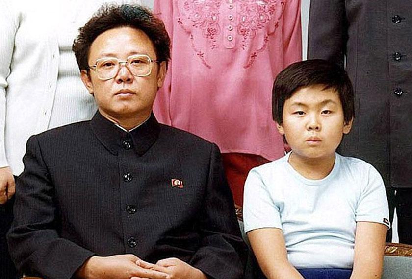 Keratan potret keluarga pada tahun 1981 menunjukkan Kim Jong Il dengan anaknya Kim Jong Nam - Foto Reuters