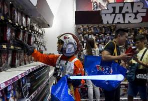 Disney plans midnight 'Star Wars' event to unveil 'Last Jedi' toys
