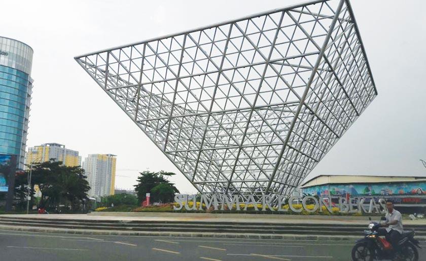 A monument at the Summarecon Bekasi town centre. - Karim Raslan Photo