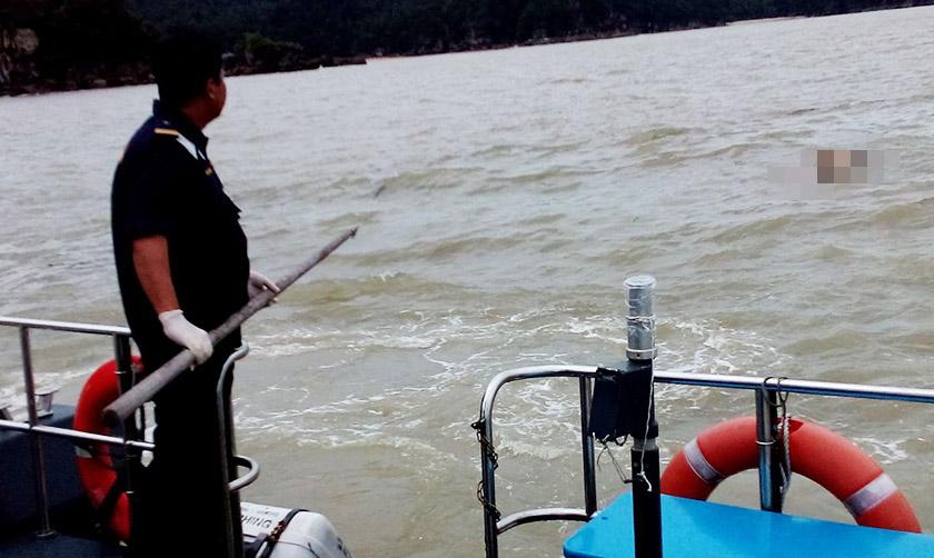 Mayat seorang lelaki tanpa identiti ditemui oleh sebuah bot Agensi Penguatkuasa Maritim Malaysia (APMM) berhampiran Pulau Lakei di sini hari ini. - Foto APMM