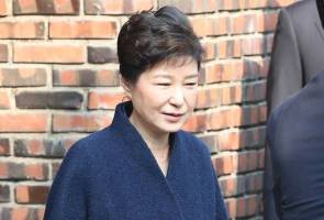 South Korea's Park apologises, promises cooperation in graft probe