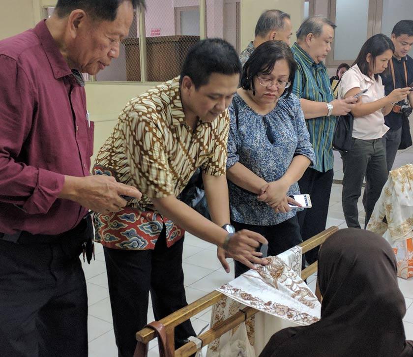 Delegasi dari Filipina mengamati Batik yang ditulis tangan di Muzium Batik Danar Hadi. Foto Karim Raslan