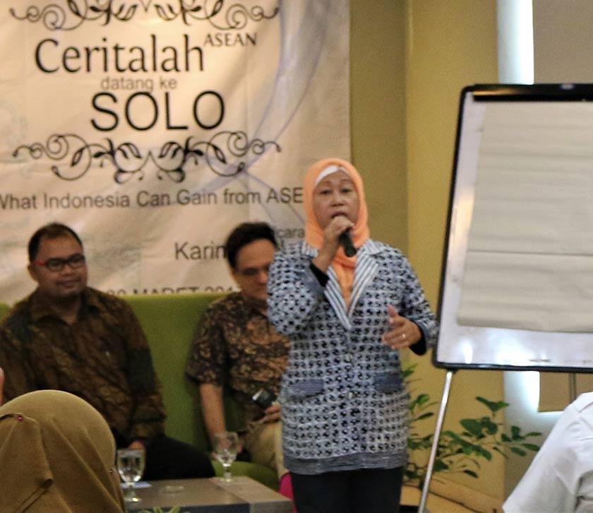 """Ibu Haryani mempesonakan hadirin dengan cara dia melantunkan lagu tradisional Jawa berjudul """"Asmoro Dono"""". Foto Karim Raslan"""