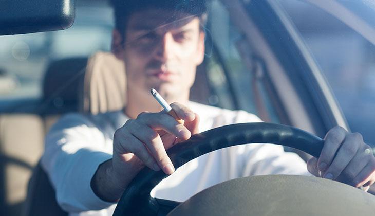Jika anda mahupun teman anda merupakan perokok tegar dan sering menghisap rokok di dalam kereta, pasti akan meninggalkan kesan bau.