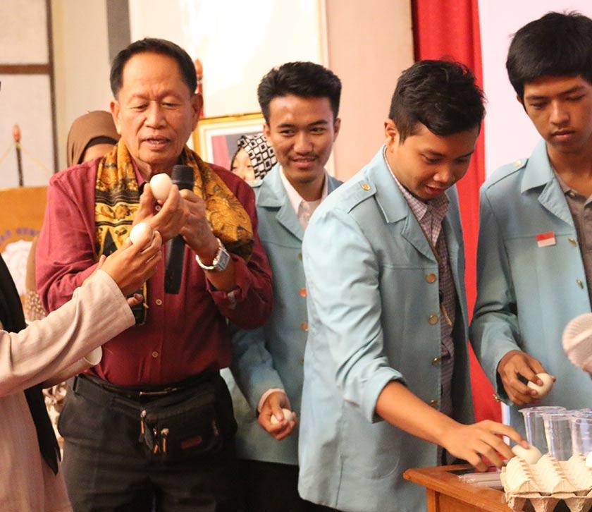 """Sofronio """"BJ"""" Jucutan mendemonstrasikan cara memakan Balut kepada para mahasiswa-mahasiswi Universitas Sebelas Maret. Foto Karim Raslan"""