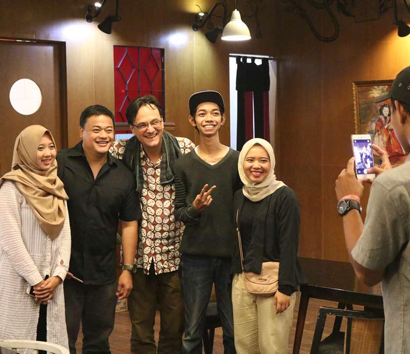 Karim Raslan dan delegasi dari Filipina, Ian Ray Garcia, serta ahli Pendopo Foto dan Kelab Video Solo. Foto Karim Raslan