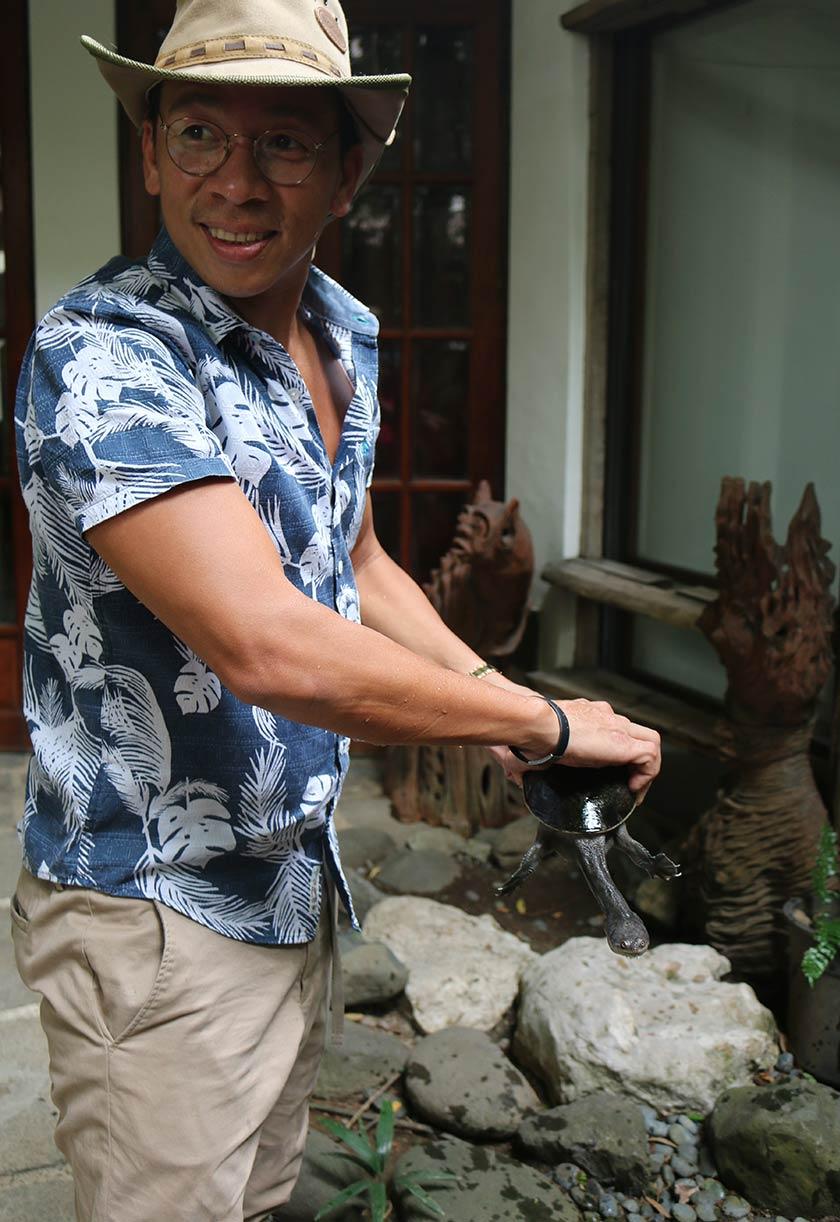Kura-kura leher panjang adalah salah satu dari banyak spesies kura-kura langka yang Kuya Kim Atienza miliki dalam koleksinya.