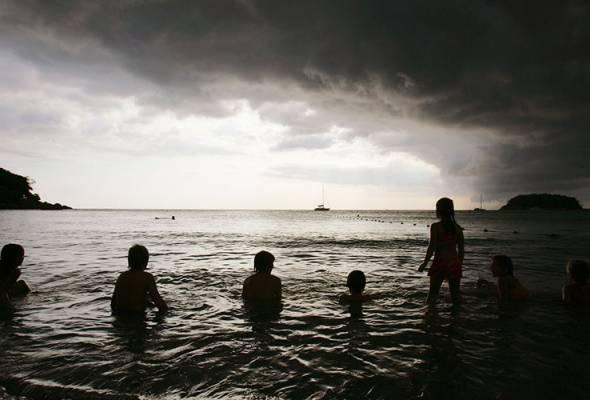 Amaran angin kencang, laut bergelora di perairan Phuket