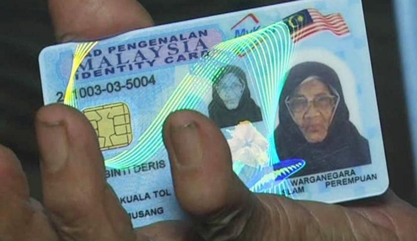 Minah Deris menunjukkan kad pengenalannya yang diperolehinya. - Foto Astro AWANI