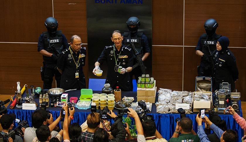 Polis menahan seorang lelaki bergelar 'Dr Ganja' dan dua pembantunya serta merampas pelbagai produk disyaki mengandungi ganj