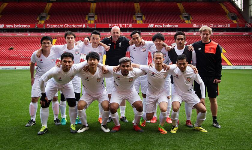 Team McAllister di Anfield sebelum sepak mula. Gambar - Malaysia Airlines.