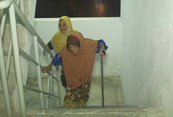 Minah Deris is still energetic and far from needing the assistance from her children and grandchildren to move around.