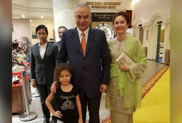 The girl, who seem to be around 10 years old, was seen waving at Sultan Nazrin, as soon as she saw him.