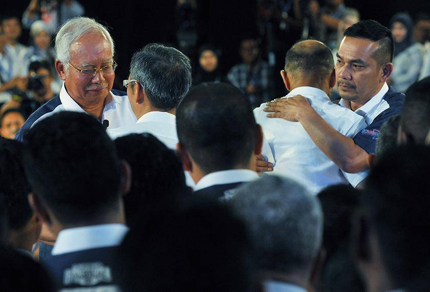 Pemilik syarikat produksi MIG Datuk David Teo dan pelakon Sulaiman Yassin (Mat Over) dilihat berdamai di hadapan Perdana Menteri Datuk Seri Najib Tun Razak dan Moderator Datuk Rosyam Nor. - Foto BERNAMA