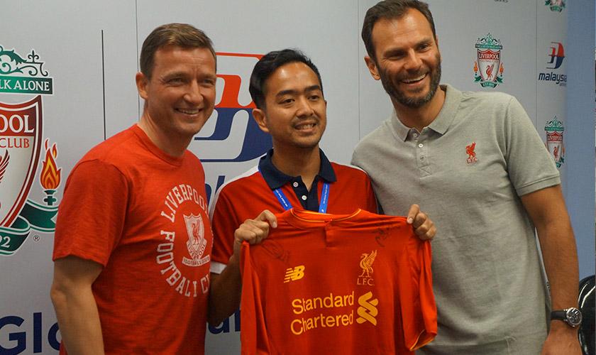 Ian bersama dua lagenda Liverpool, Vladimir Smicer (kiri) dan Patrik Berger. Gambar - Meay Chan.