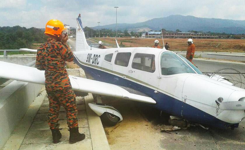 Sebuah kapal pesawat ringan milik persendirian terhempas di atas jambatan susur ke Bandar Baru Pulai Jaya, Kulai pagi Ahad.