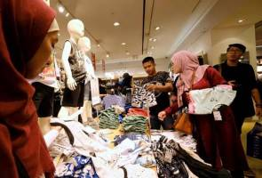 Late night Ramadan shopping shows Indonesia's economic spirits brightening