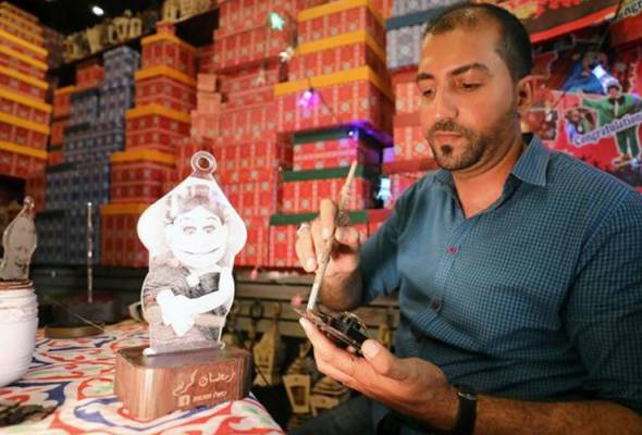 Cairo lantern-maker champions old craft against Chinese imports